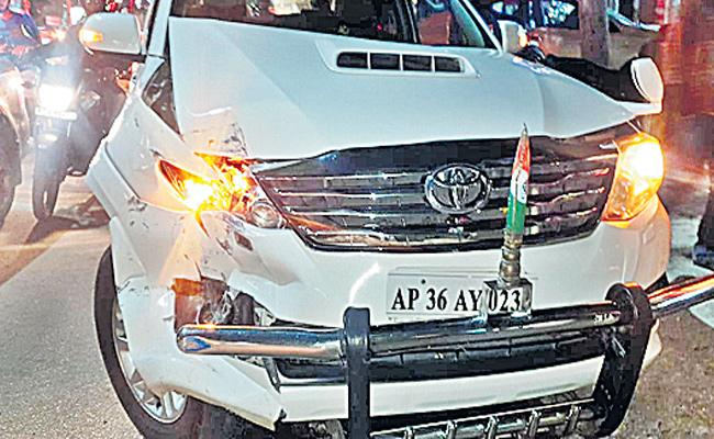 Ponnala Lakshmaiah Escaped From Road Accident At Jubilee Hills - Sakshi