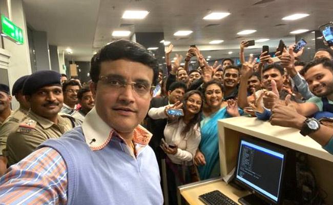 Sourav Ganguly Selfie With Fans at Bengaluru airport, Viral - Sakshi