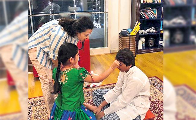 Bhai Dooj Celebrating in Mahesh Babu Home Photos Viral - Sakshi