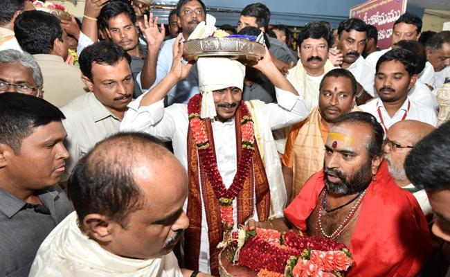 YS Jagan Offers Silk Robes To Goddess Kanakadurga - Sakshi