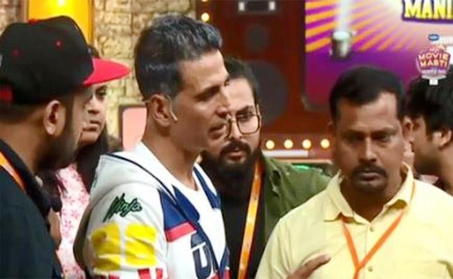 Now Akshay Kumar Called As Real Hero After Rescuing Unconscious Man - Sakshi