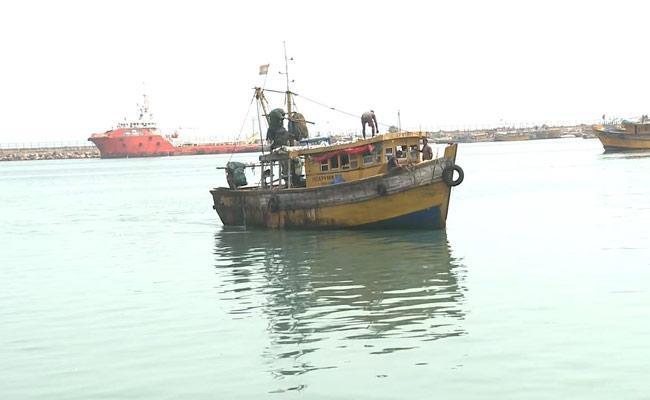 Vishaka Fishermen Caught By Bangla Coast Guard - Sakshi