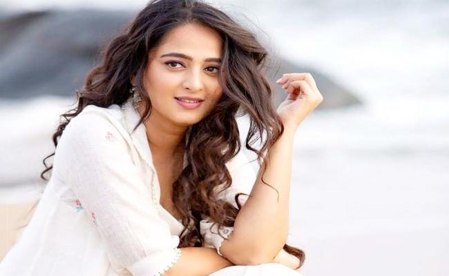 Anushka Walk Out From Maniratnam Movie - Sakshi