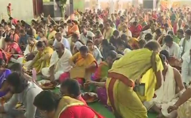 Devotees Visiting kanakadurga Temple For Devi Navaratri Celebrations In Vijayawada - Sakshi