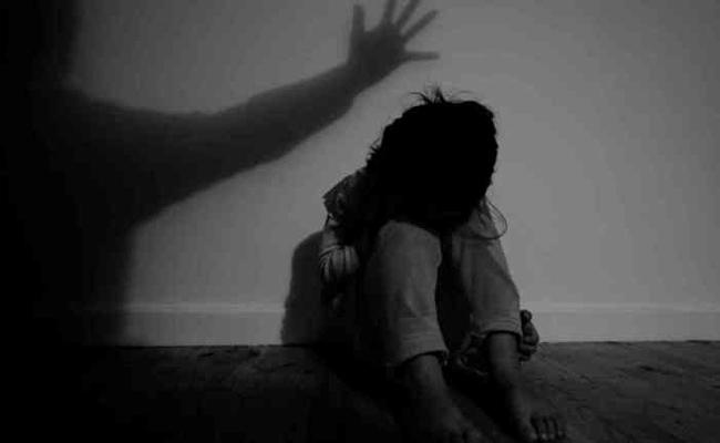 Unknown Trying To Molests On 10 Years Old Girl In Kurnool - Sakshi