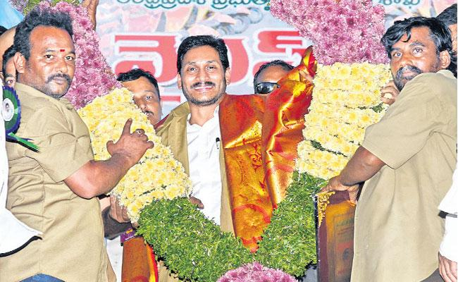 CM Jagan Launches YSR Vahana Mitra At Eluru - Sakshi