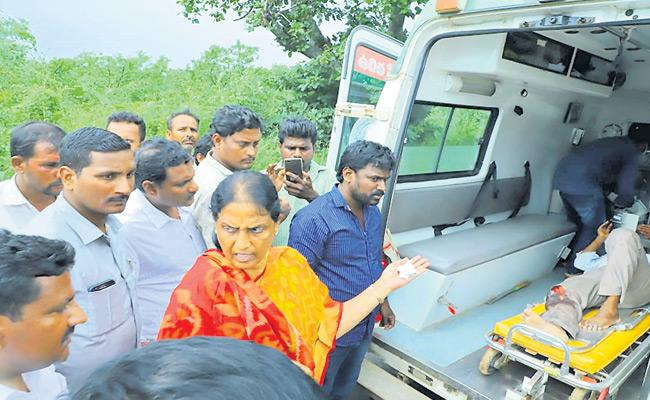 Minister Sabitha Indra Reddy Helps Move Accident Victim To Go Hospital - Sakshi
