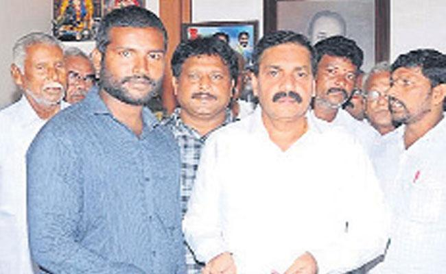 Grama Volunteer Gives One Month Salary To CM Relief Fund - Sakshi
