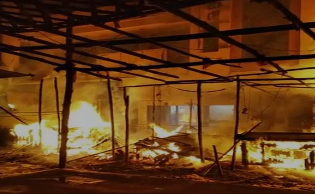 Fire Accident In Hanamkonda Chowrasta At Warangal District - Sakshi