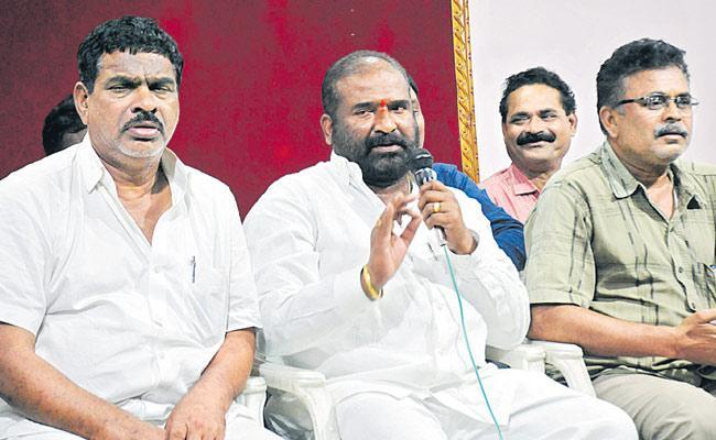 CM KCR Has No Right To Eliminate Us Says TSRTC JAC Leader Ashwathama Reddy - Sakshi