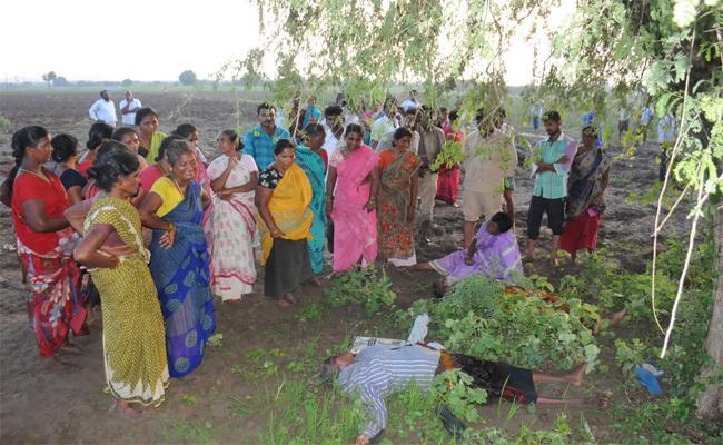 Four Members Died In Thunderbolt At Prakasam District - Sakshi