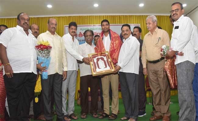 MP Lavu Sri Krishna Devarayalu Talks In Welcome Programme In Guntur - Sakshi