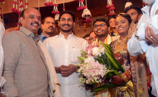 CM YS Jagan Attend YSRCP Laders Daughter Marriage At Rajahmundry - Sakshi
