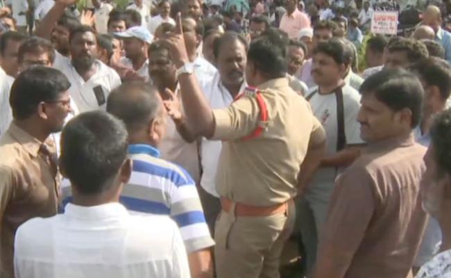 TSRTC Strike: Tense Situation At Driver Babu House In karimnagar - Sakshi