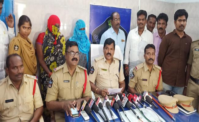 Two Womens Arrested For Doing Children Kidnaps In Nellore - Sakshi
