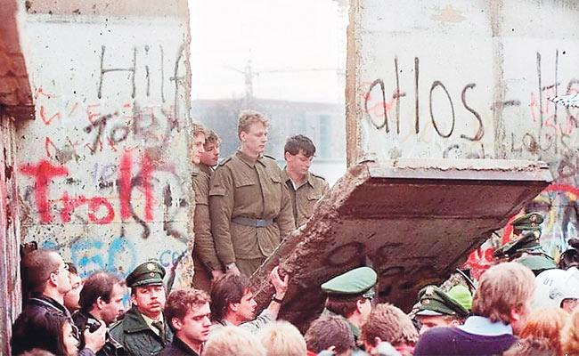 Article On Fall Of The Berlin Wall - Sakshi