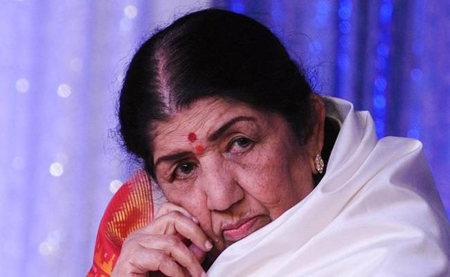 Singer Lata Mangeshkar is admitted to Breach Candy Hospital - Sakshi
