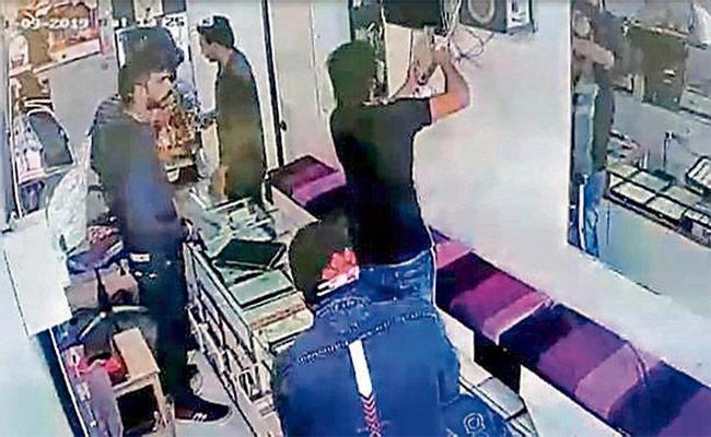 Robbers Steal TV Set Top Box, They Felt Its a CCTV Recorder - Sakshi