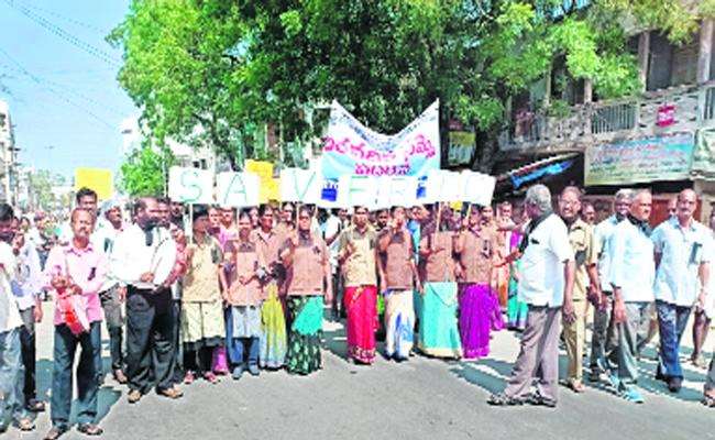 RTC Workers Hold Silent Protest In Wanaparthy Depo - Sakshi