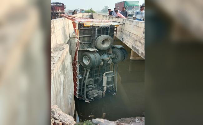 Driver And Cleaner Injured in Lorry Accident in PSR Nellore - Sakshi