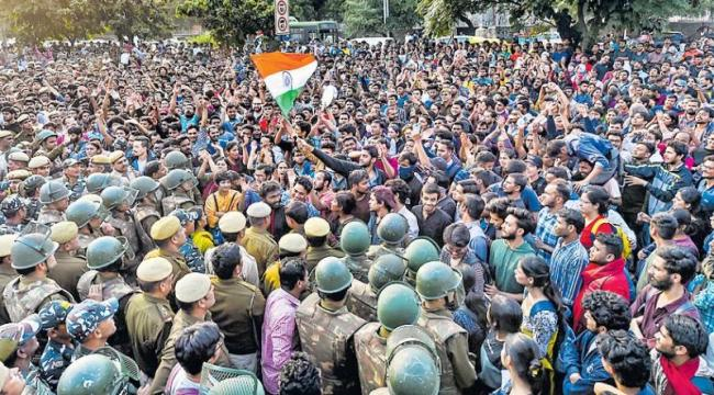 JNU Students Protesting Huge Fee Hike Clash With Cops - Sakshi