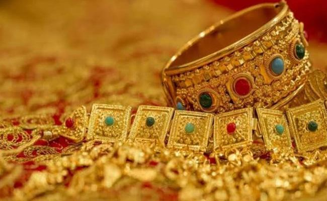 Mumbai Jewellery Store Owners Arrested For Cheating Customers Of Rs. 300 Crore - Sakshi