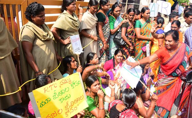 Wanaparthy RTC Workers Protest Outside Minister Niranjan Reddy House - Sakshi