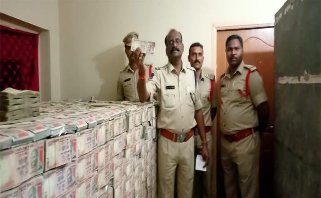 Police Revealed Details Of Old Currency Dump In Khammam - Sakshi