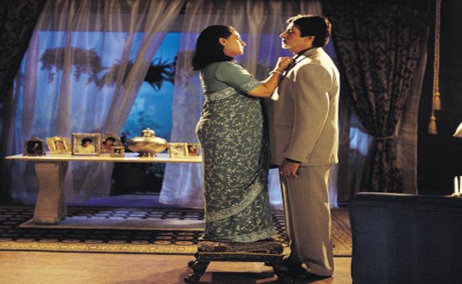Amitabh Bachchan Plays Jokes On His Wife Jaya Bachchan Height In KBC Show - Sakshi
