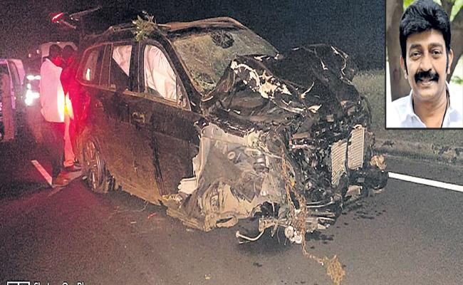 Cine hero Rajasekhar suffered minor injuries in road accident - Sakshi
