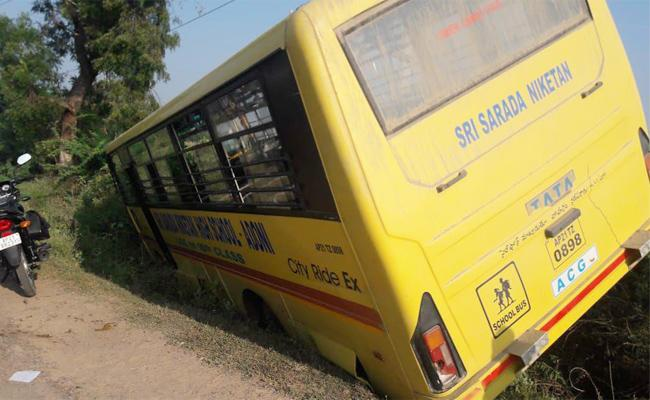 School Students Injured in Bus Accident Kurnool - Sakshi