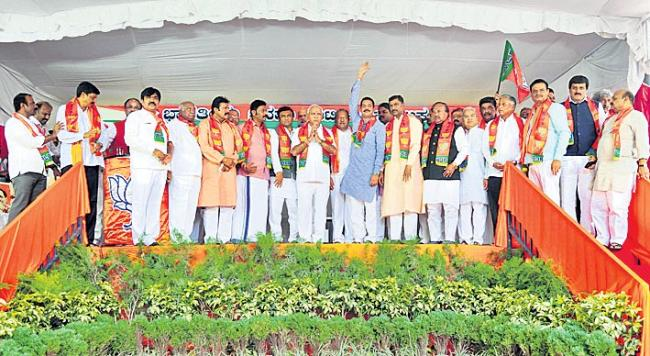 16 of 17 disqualified Karnataka MLAs join BJP - Sakshi