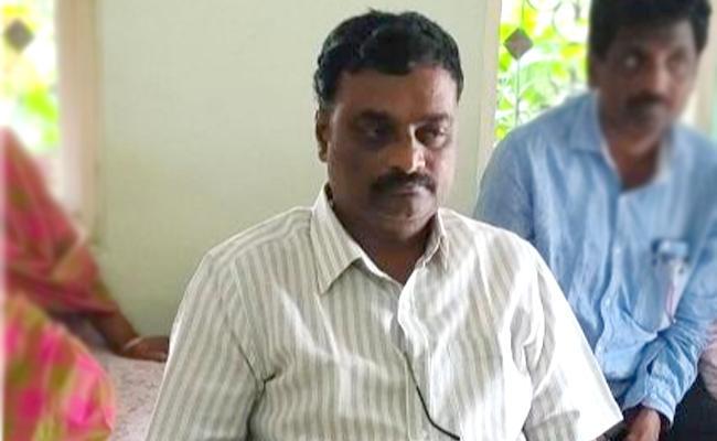 ACB Raids In JC Diwakar Reddy Ex PA Suresh House At Anantapur - Sakshi