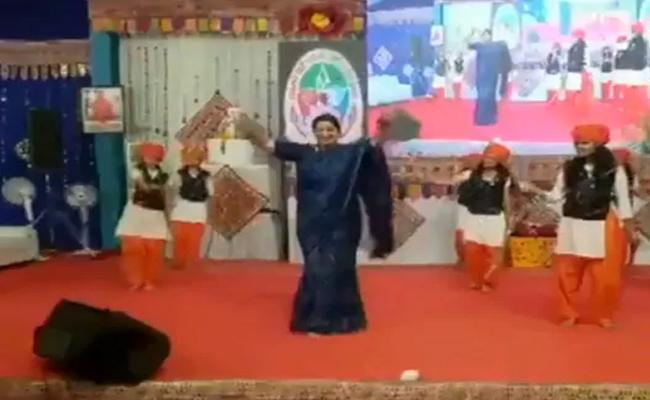 Smriti Irani Performs Talwar Raas In Gujarat - Sakshi