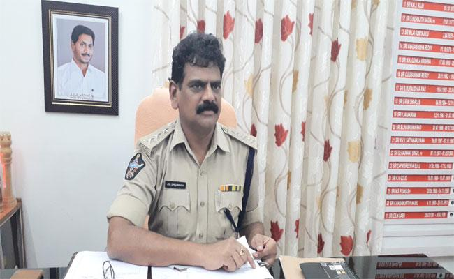 Police Officer Who Arranged Free Lunch For Spandana Complainants - Sakshi