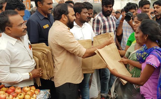 MLA Ramakrishna Reddy Distributes Jute Bags In Mangalagiri - Sakshi