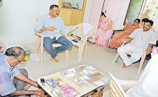 ACB Attacks On Panchayatiraj AEE Suresh Reddy - Sakshi