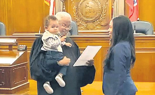 A Judge Adorably Held A Lawyers Baby While He Swore Her In To The State Bar - Sakshi