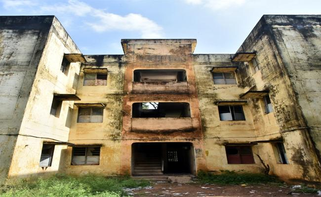 Non Official Activities In Old Police Quarters In Nellore - Sakshi