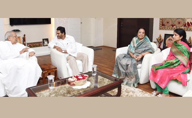 CM YS Jagan Couple Meets Governor Biswabhusan Harichandan - Sakshi