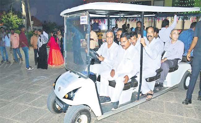 Harish Rao Running A Battery Car On Mini Tankbund - Sakshi