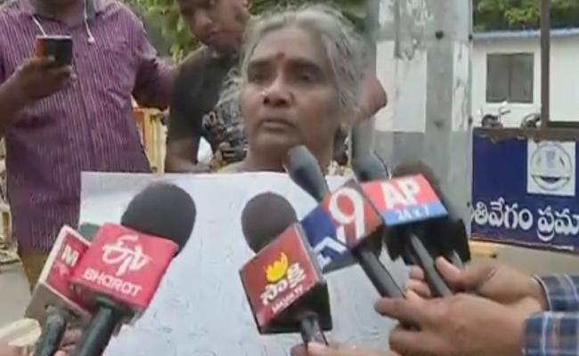 Women Show Placard To CM YS Jagan Mohan Reddy In Vijayawada - Sakshi