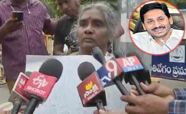 Women Show Placard To CM YS Jagan In Vijayawada - Sakshi