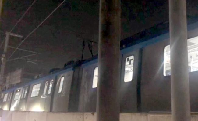 Metro Rail suddenly stopped in Ameerpet - Sakshi