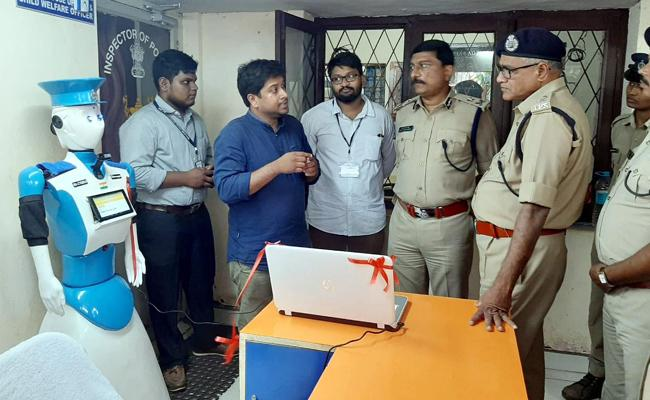 Robo CYBIRA To Receive Complaints At The Police Station - Sakshi