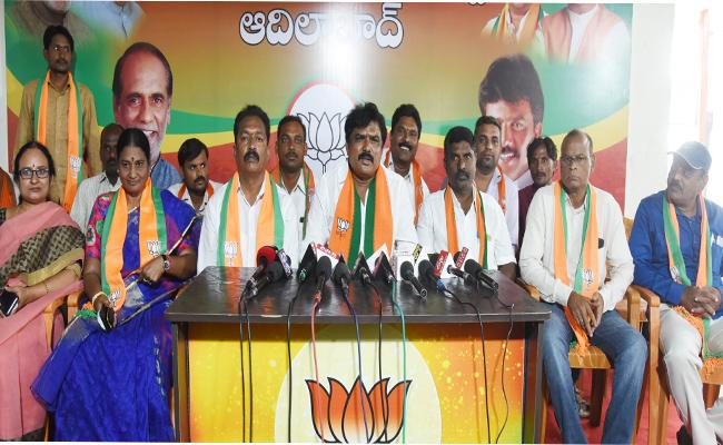 BJP Leader Shankar Fires On Jogu Ramanna About Soyam Bapu Rao In Adilabad - Sakshi