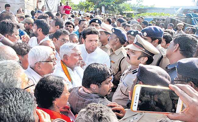 TSRTC Strike Tense Situation Driver Babu Funeral Karimnagar - Sakshi