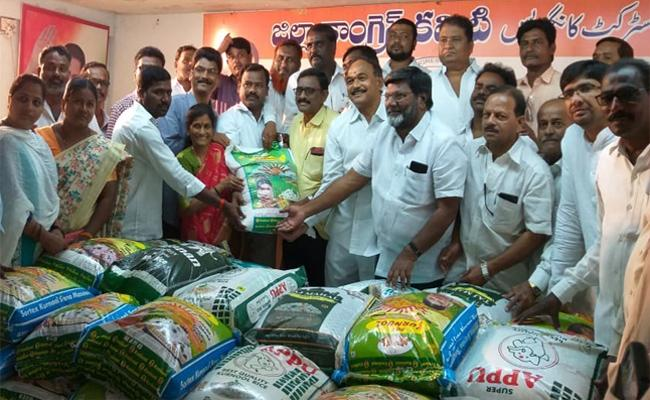 Congress Leaders Distributes Rice Bags To TSRTC Labours In Mahabubnagar - Sakshi