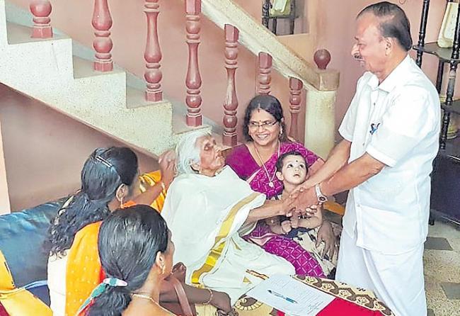 105 years old Kerala woman takes up fourth grade exam - Sakshi