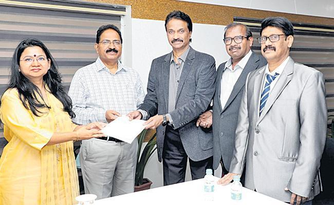 Mold Tek CMD Laxman Praises Telangana Police - Sakshi